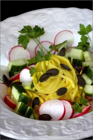 Spaghetti mit Gurke, Radieserl und Green on Top © Liz Collet