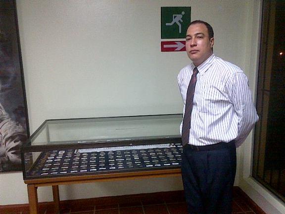 El Lic. Miguel Román junto a su colección de monedas.