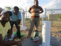 Joseph Cleto (estudiante, CCNY) Robert Pérez y Edwin Pérez (ONAMET) trabajan en la instalación de nuevos equipos en la estación meteorológica ONAMET de Jimaní, la cual fue totalmente automatizada para obtención de datos en tiempo real. Foto: Y. León