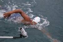"""""""Por la brazadas que faltan"""" se leía en la mano derecha del nadador. FOTO: Oliver Olivo."""