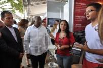 Los autores de INTECParqueo (intecparking.com) explican el proyecto al rector y a Enrique Ramírez, de la CNE.