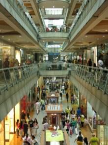 Mientras cientos de personas hacían sus compras en el centro comercial Sambil de la zona residencial de Chacao, a solo unas cuadras, decenas de jóvenes encapuchadosse enfrentaban a la Guardia Nacional.