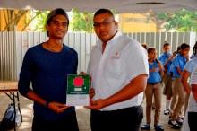 Adrián Martínez, ganador del primer lugar en Monster, recibe el premio de Phillipe Madé, de Xolutronic. Foto: R. Hernández.