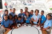Niños y niñas del Programa Educación para Pensar, que opera en la Escuela Fray Ramón Pané, y el profesor Wilson Cachay. Foto: R. Hernández.