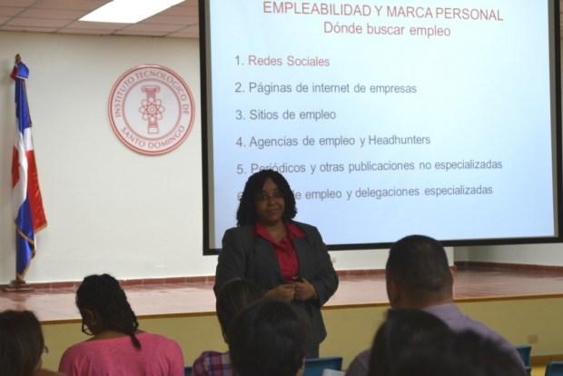 """La gerente de Manpower Group Niurfis Ulerio durante la conferencia """"Empleabilidad y marca personal""""."""