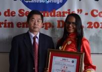 Mary Peña ganadora del primer lugar junto al Representante de la Oficina de Desarrollo Comercial de la República Popular China en República Dominicana