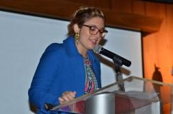Gabriella Anzani al dirigir unas palabras a los nuevos dirigentes estudiantiles.