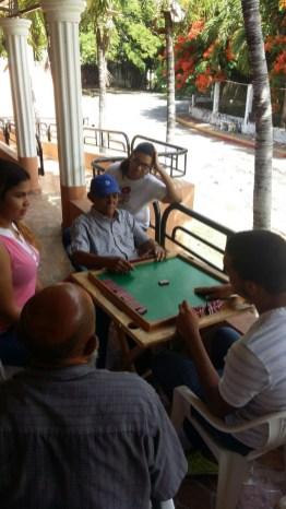 Disfrutando de una partida de dominó.