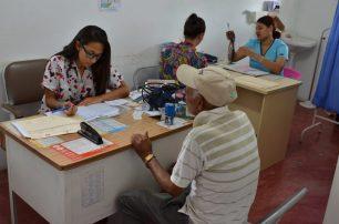 Mónica asiste a los pacientes en la UNAP de Villa Sombrero.