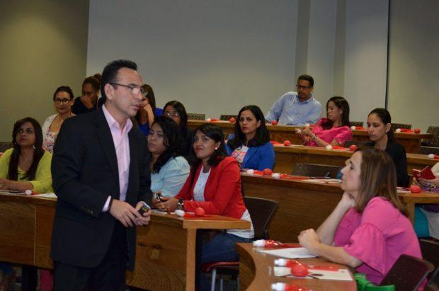 Guillermo Cervantes conversa con los odontólogos