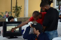 Estudiantes explican sus proyectos a los asistentes.