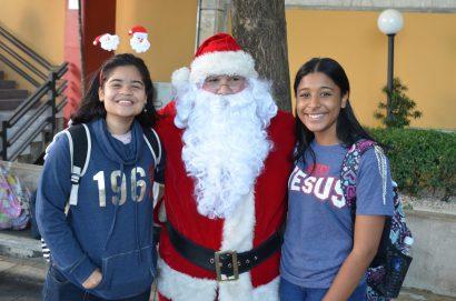 Santa paseó por la Plazoleta esparciendo la magia de la Navidad.