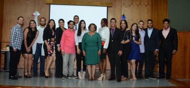 Estudiantes de epidemiología junto a la maestra Emilce Jacqueline Medina