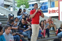 El estudiante de Comunicación Social y Medios Digitales, José Jiménez, anima al público.