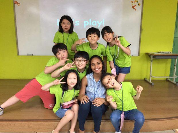 Thais con sus estudiantes de inglés en Corea.