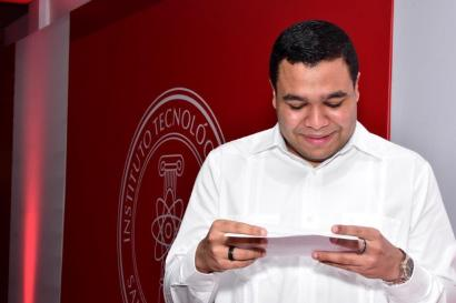 Ashby Daniel Sánchez Paulino, egresado de la Licenciatura en Matemática con Concentración en Estadísticas y Ciencias Actuariales, del Área de Ciencias Básicas y Ambientales