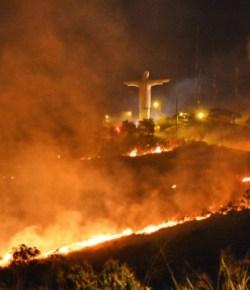 Christusbeeld in Cali omringd door bosbranden