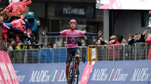 Egan Bernal wint zestiende etappe Giro d'Italia
