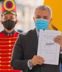 President Iván Duque keurt belastinghervorming goed