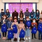 Niños recibiendo kits escolares