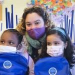 Niños de Elche reciben kits escolares