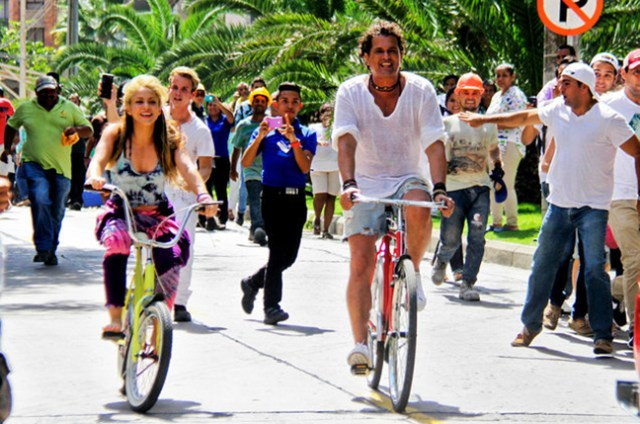 02-Shakira-and-Carlos-Vives-video-shoot-for-La-Bicicleta-2016-billboard-650-1548(1)