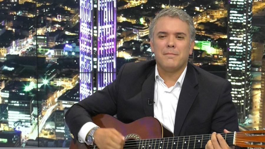 ivan duque presidente cantando guitarra