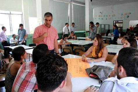 El coordinador de la Unidad de Atención a Víctimas del Tolima, Carlos Iván Rubio, aclara dudas con los participantes del taller