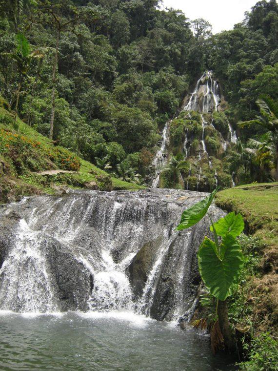Cascada, fuente de agua natural Termales de Santa Rosa de Cabal