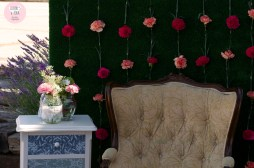 colores-de-boda-photobooth-cesped-claveles