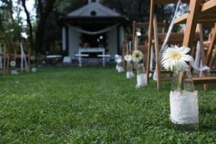 colores-de-boda-12-pasillo-botellas-encaje-gerbera-laura-cesar