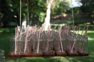 colores-de-boda-8.10-madera-suspendida-vasos-puesto-limonada