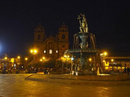 Die Plaza de Armas bei Nacht