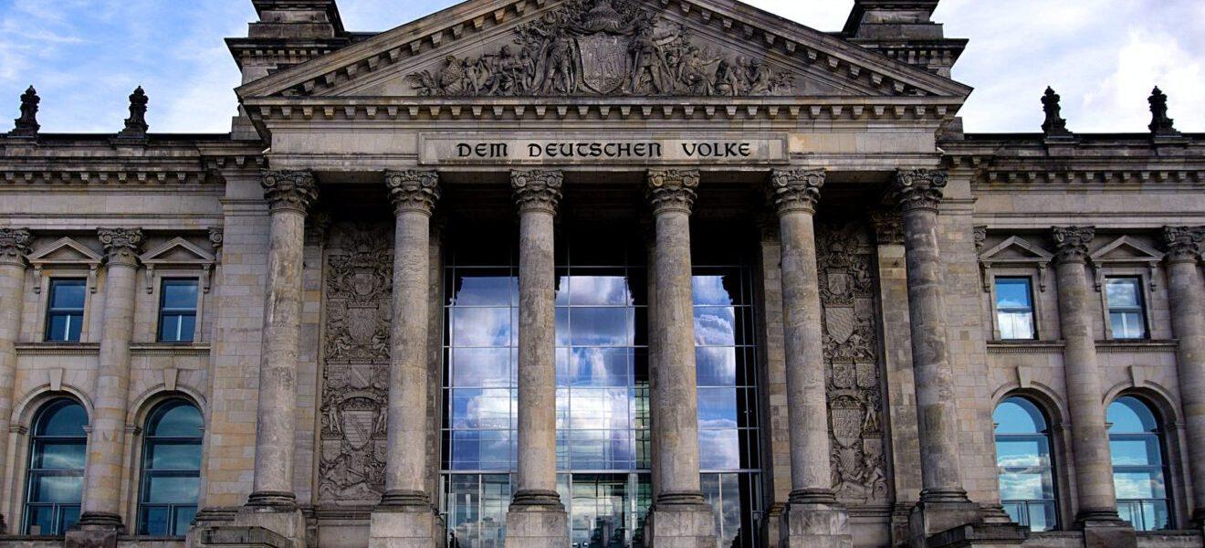 close up photography of gray pillar building