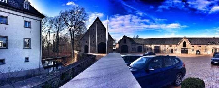 Panorama des Wasserschlosses und des Innenhofs