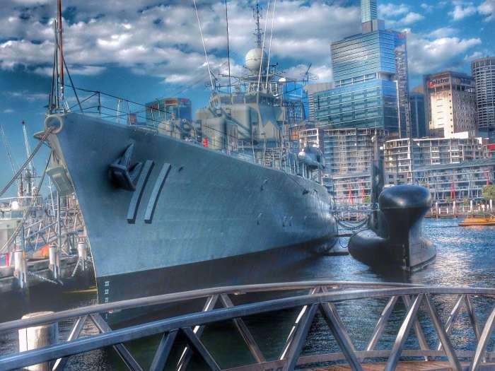 Auch Kriegsschiffe stehen vor dem Museum