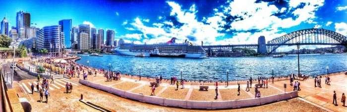 Blick vom Platz an der Sydney Opera auf den Circular Quay (links)