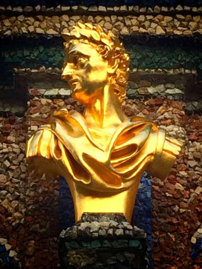 Goldene Figuren am Schloss