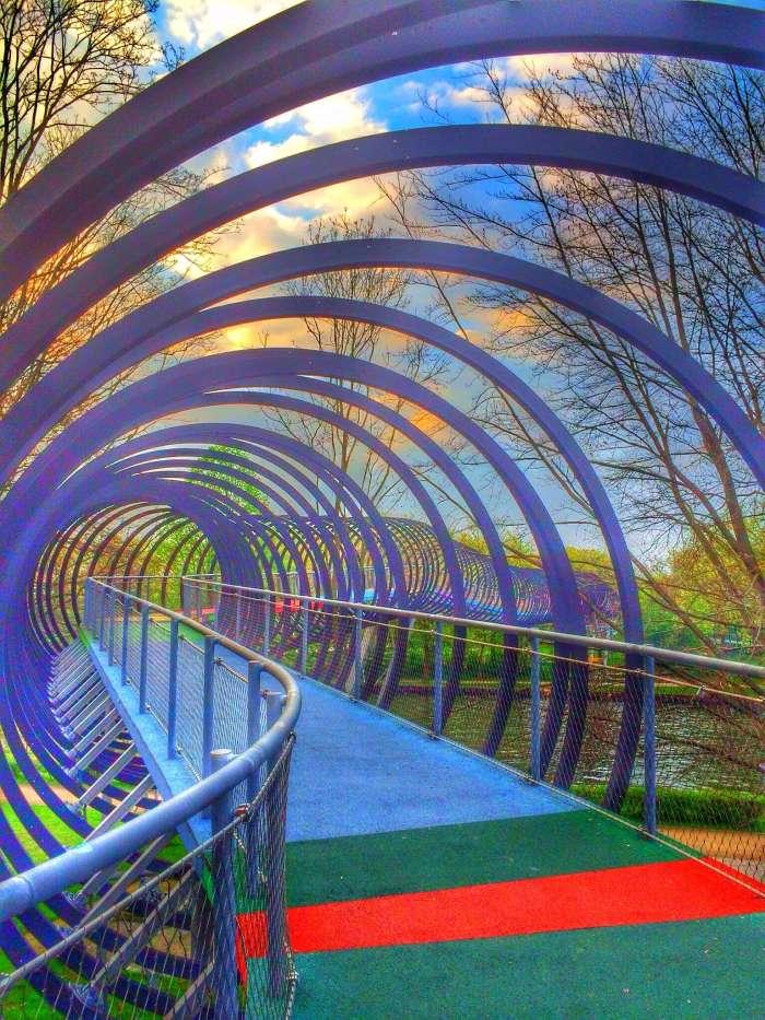 Die Brücke schlängelt sich über den Rhein-Herne-Kanal