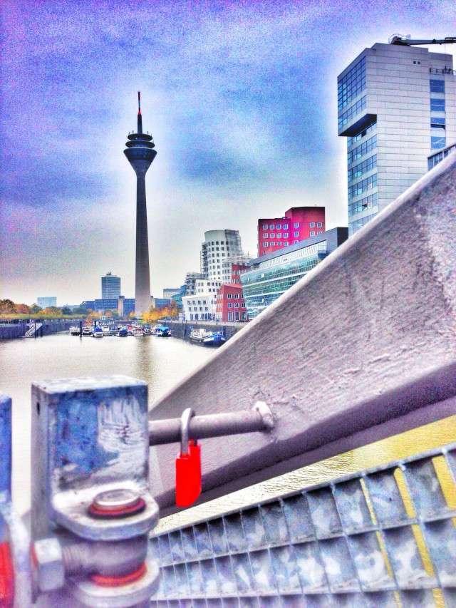 Blick von der Brücke auf den Medienhafen