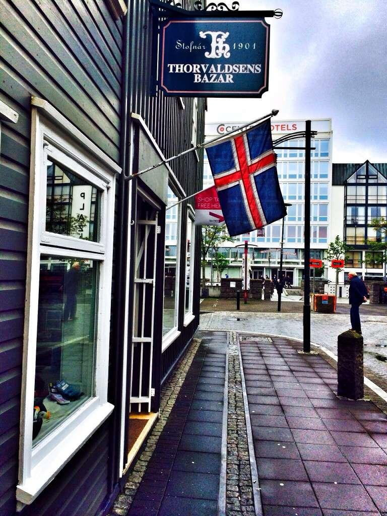 Die isländische Flagge an einem Haus in Reykjavik