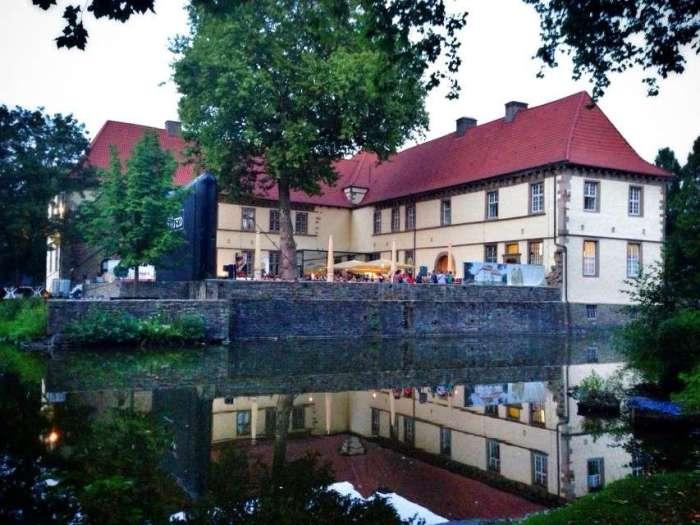 Im Schlosshof findet im Sommer ein Open Air Kino statt