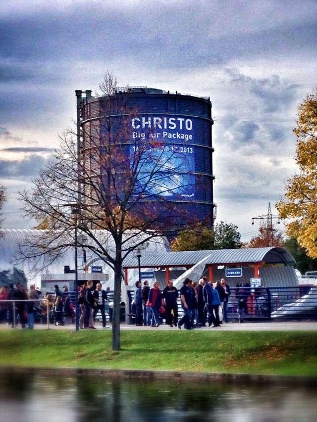 Gasometer mit Werbeplakat für Christo-Ausstellung
