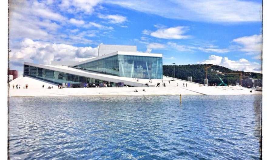 Der Oper von Oslo aufs Dach steigen