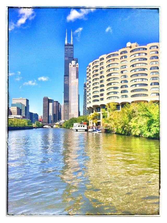 Der Willis-Tower steht ganz in der Nähe des Chicago Rivers