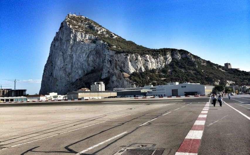 Zu Fuß über die Landebahn in Gibraltar
