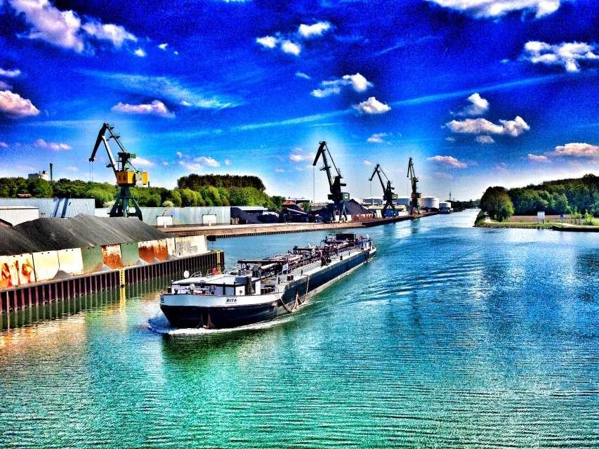 Schiff im Stadthafen