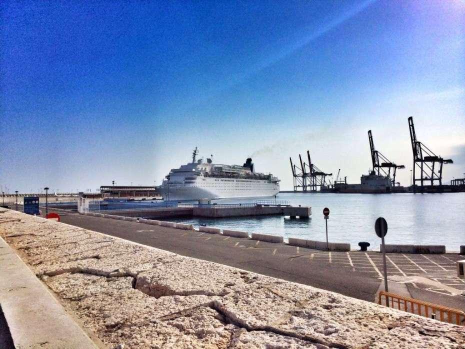 Kreuzfahrtschiff im Hafen von Malaga