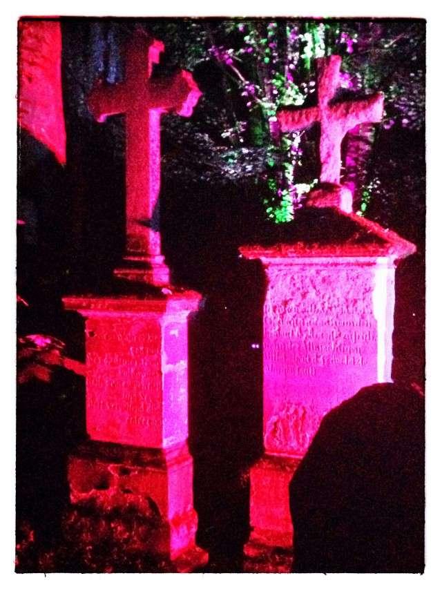 Lichtkunstausstellung auf einem alten Friedhof in Unna