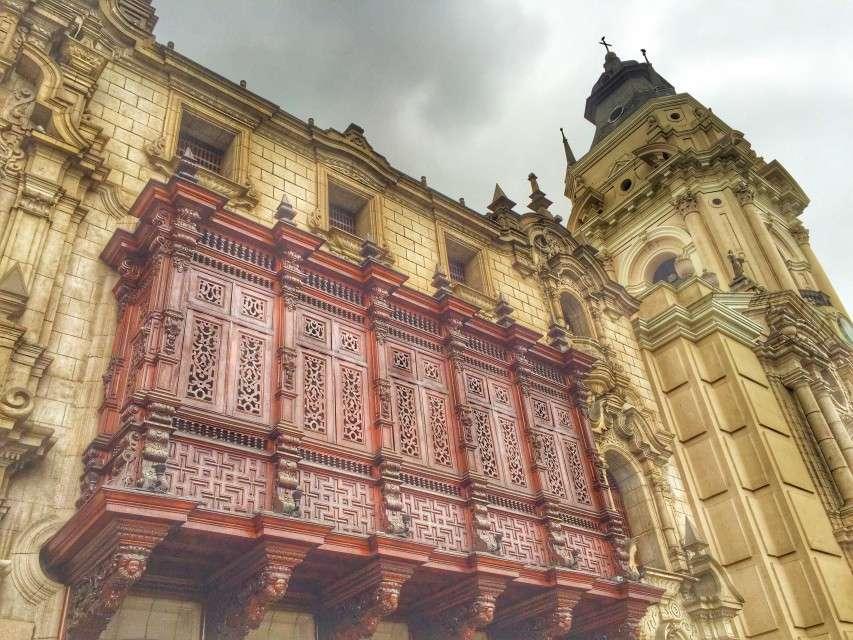 Ein typisch andalusischer Balkon an der Kathedrale in Lima